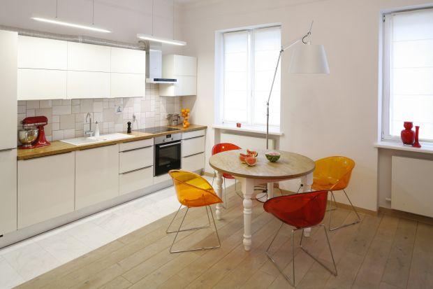 Kolorowe krzesła mogą być ciekawym urozmaiceniem wnętrza utrzymanego w stonowanych barwach - szarościach, bieli czy odcieniach beżu. Dzięki nim łatwo odmienić neutralne aranżacje, które czasem wydają nam się zbyt monotonne.