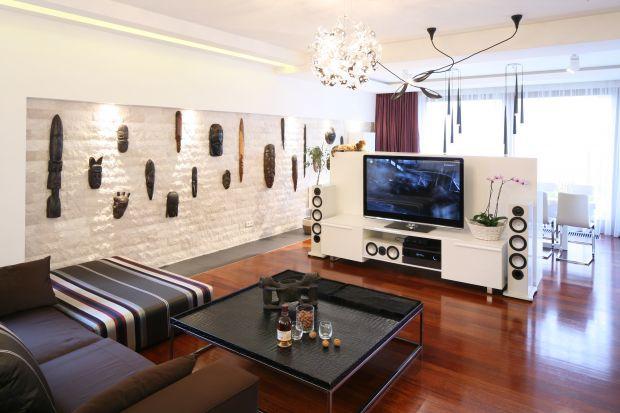 Telewizor w salonie często chcemy wyeksponować. Pomóc w tym może ścianka telewizyjna. Staje się ona nie tylko funkcjonalnym, ale i niezwykle dekoracyjnym elementem aranżacji wnętrza.