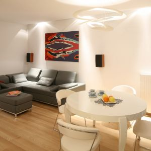 Ładny salon musi być wygodny, by spełniał dobrze swoją funkcję. Warto zadbać o odpowiednią sofę oraz wygodne krzesła jadalniane, które sprawią, że wnętrze nabierze oryginalnego charakteru. Projekt: Katarzyna Merta-Korzniakow. Fot. Bartosz Jarosz
