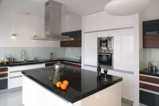Odpowiednie oświetlenie zabudowy kuchennej jest niezwykle ważne. Zapewnia nie tylko komfort pracy, stanowi dodatkowe źródło światła we wnętrzu oraz niewątpliwie ma duże znaczenie dekoracyjne.