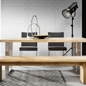 Stół do jadalni Mailand ma piękny drewniany blat, który zestawiono ze stalowymi nogami. Dzięki temu mebel nabrał industrialnego klimatu. Fot. Matkowski Meble