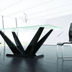 """Stół """"Futurum"""" wyróżnia się niebanalnym designem. Fot. Hubertus Meble"""