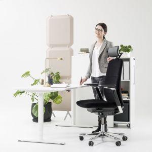 Fotel Capella został zaprojektowany zgodnie z przekonaniem, że postawa siedząca wcale nie oznacza postawy niemalże nieruchomej. Fot. Kinnarps