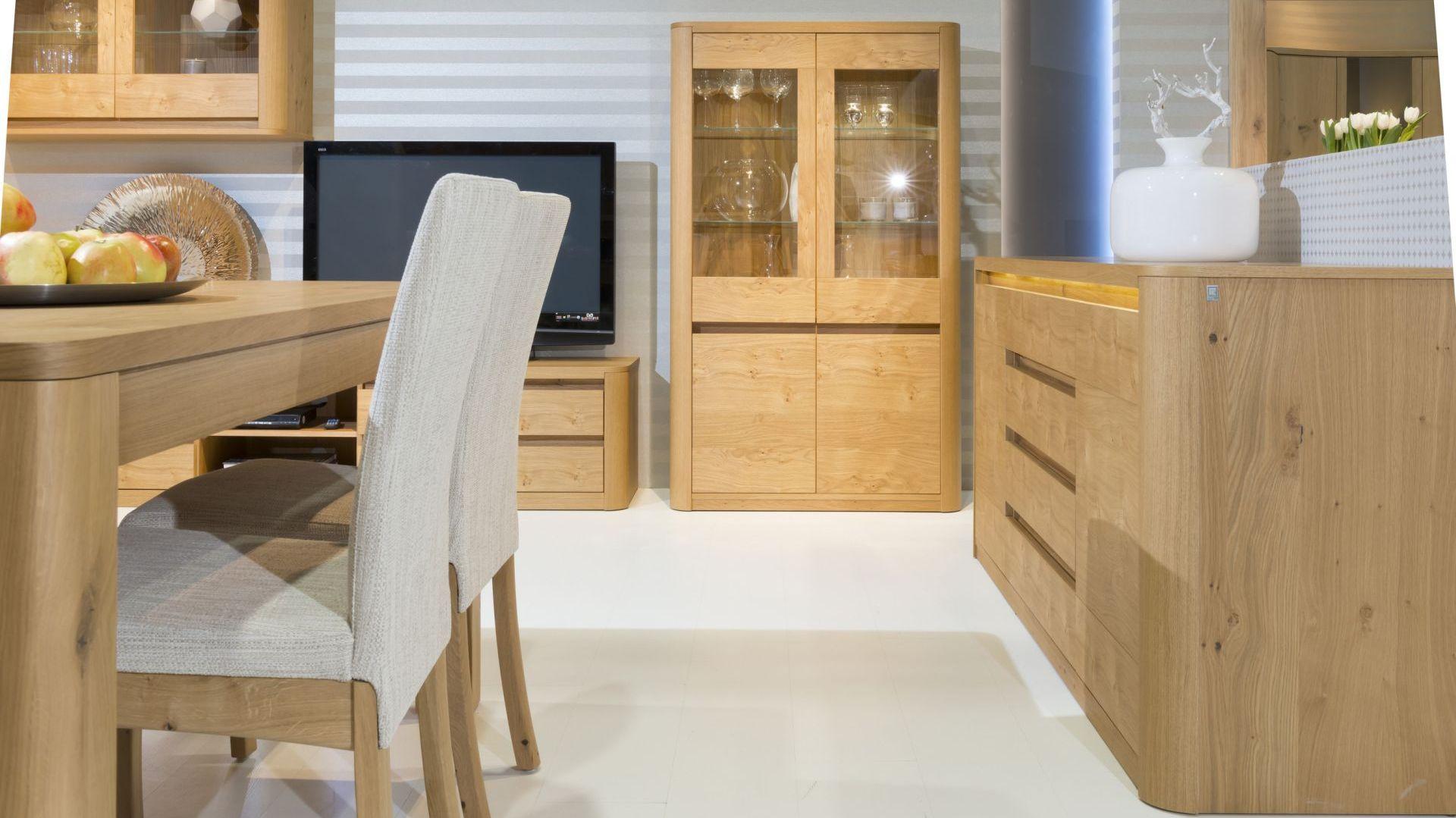 Kolekcja Olimp zachwyci każdego miłośnika naturalnego drewna. Widoczna struktura i piękne słoje urozmaicą salon w bardzo elegancki sposób. Fot. Klose