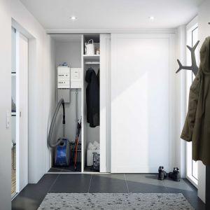 Coraz powszechniejsze jest wyposażenie przedpokoju jedynie w szafę z drzwiami przesuwnymi. To rozwiązanie często stosowane w nowocześnie urządzonych mieszkaniach. Fot. HTH