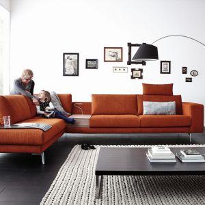 Narożnik Omega ma bardzo minimalistyczną formę, ale dzięki szerokim, długim siedziskom zapewnia duży komfort. Producent przewidział również miejsce na półeczkę pomiędzy siedziskami, która jest doskonałą przestrzenią do postawienia filiżanki z herbatą. Fot. Koinor