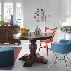 Jadalnia Olden Days. Wnętrze urządzono w eklektycznym stylu. Bogato zdobiony, stylizowany stół zestawiono z nowoczesnymi w formie krzesłami. Fot. Domoteka