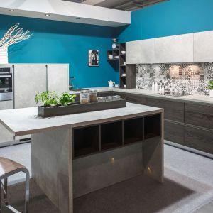 Kuchnia KAMmoduł z linii ProLine. Surowe w wyrazie meble pięknie prezentują się na tle niebieskich ścian. Fot. Spółka Meblowa KAM