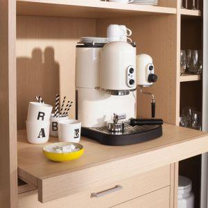 W spiżarni możemy także umieścić ekspres do kawy, dzięki temu nie będzie on zajmował cennego miejsca na blacie. Fot. Raumplus