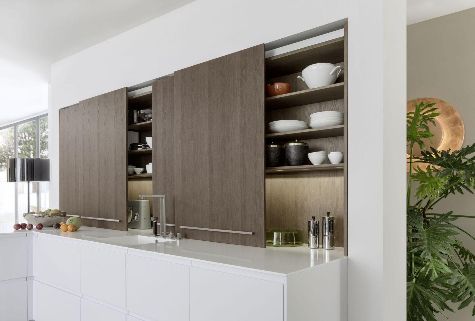 Przesuwne drzwi zamiast frontów to bardzo wygodne rozwiązanie. Takie szafki zdają egzamin szczególnie w małych kuchniach - przed szafką nie musi być dużo miejsca, by wygodnie z niej korzystać. Fot. Leicht