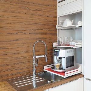 Ekspres do kawy, toster czy mikser możemy przechowywać obok zlewu. Dzięki wysuwanym półkom, można go w każdej chwili łatwo schować. Na zdjęciu półki Extendo. Fot. Peka