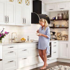 Białe meble kuchenne doskonale komponują się z dodatkami w kolorze czarnym. Uchwytami, okapem czy otwartymi półkami. Dzięki nim nabierają stylowego wyglądu. Fot. Ballingslov