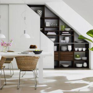 Dzięki kuchennym szafom możemy praktycznie wykorzystać przestrzeń pod skosami, co nie zawsze jest możliwe w przypadku klasycznej zabudowy z szafkami. Fot. Raumplus