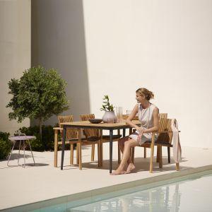Funkcjonalny stół oraz wygodne krzesła to sukces udanego spotkania na świeżym powietrzu w ogrodzie. Na zdjęciu kolekcja Amaze. Fot. Cane-Line