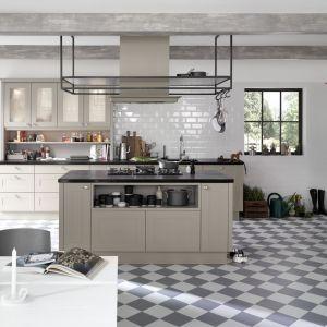 Wyspa ze strefą gotowania jest centralnym punktem w kuchni. To znacznie ułatwia funkcjonowanie w jej przestrzeni. Fot. Nolte