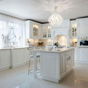 Kuchnia Cristal to ponadczasowe wzornictwo, które zachwyca licznymi zdobieniami. Fot. Meble Vigo