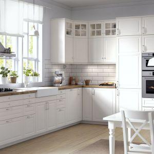 Świetnym sposobem na ocieplenie i jednocześnie ożywienie białych mebli kuchennych, jest zastosowanie drewnianego blatu. Naturalne drewno łatwo się niszczy, ale można je poddać renowacji, natomiast blaty laminowane z dekorem drewna z powodzeniem mogą służyć wiele lat. Fot. IKEA