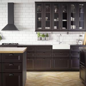 Czarne meble kuchenne doskonale prezentują się na tle białych płytek. Fot. IKEA