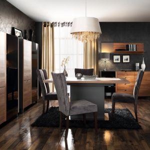 Liguria to elegancka kolekcja dedykowana salon i jadalniom. Na uwagę zasługują przydymione szkło w witrynach oraz niewielkie uchwyty z czarnego metalu, które nadają kolekcji stylowego wyrazu. Fot. Meble Forte