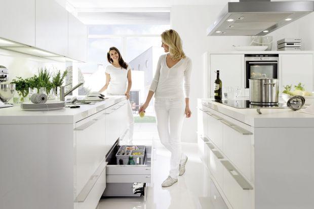 Stare przysłowie mówi, że najcenniejsze jest często to, co pozostaje w ukryciu. Tak właśnie jest w funkcjonalnej kuchni. Aby była nie tylko piękna, ale i praktyczna, warto zadbać o doskonałe wyposażenie szuflad i szafek.