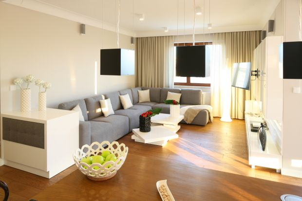 Salon to pomieszczenie w którym za dnia przebywamy najczęściej. Warto go więc urządzić tak, aby przebywanie w nim było prawdziwą przyjemnością. Zobacz pomysły projektantów na jasny pokój dzienny.