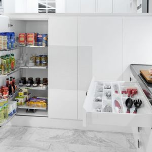 Dzięki systemom organizacji szafek produkty są łatwo dostępne, a w szafce zawsze panuje porządek. Fot. Peka