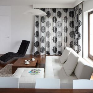 To wnętrze cechuje się prostotą. Biała skórzana sofa oraz szezlong sprawiają, że wnętrze prezentuje się bardzo nowocześnie. Projekt: Agnieszka Ludwinowska Fot. Bartosz Jarosz
