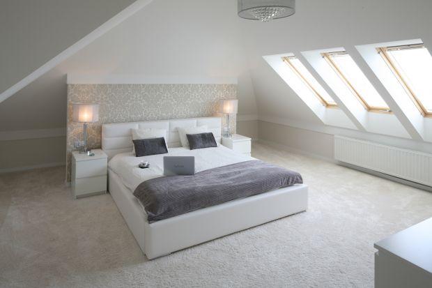 Sypialnia na poddaszu. Tak ustawisz łóżko pod skosem