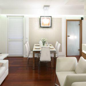 Jadalnia w bieli to rozwiązanie idealne gdy do dyspozycji mamy niewiele miejsca. Nowoczesny styl aranżacji podkreśla stół na cienkich, metalowych nogach. Projekt: Małgorzata Mazur Fot. Bartosz Jarosz