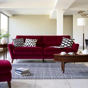Modernistyczne wnętrza lubią ciemne, zdecydowane barwy. Dlatego sofa w kolorze słodkiego wina doskonale skomponuje się ze stolikiem w kolorze ciemnego orzecha. Dodatkowo stolik posiada ukryte pod blatem szufladki, które są świetnym schowkiem. Fot. Furniture Village