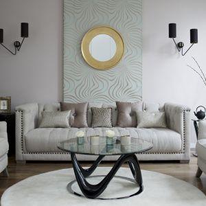 Stolik kawowy może być prawdziwą ozdobą wnętrza. Dziś już nie ustawia się go nieśmiało w kącie, lecz odważnie przed sofą, która stanowi dla niego doskonałe tło. Fot. DFS Furniture