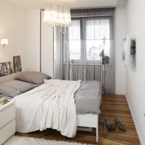 Dobrze oświetlone pomieszczenie może się wydawać większe niż w rzeczywistości. Światłem możemy sypialnię wymodelować, wystarczy zawiesić lampy na ścianach i suficie. Projekt: Małgorzata Mazur. Fot. Bartosz Jarosz