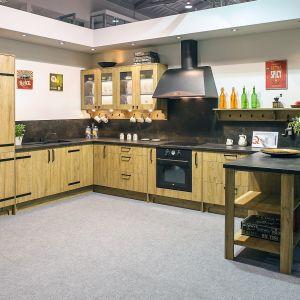 Kuchnia Kamelia marki KAM Kuchnie, wyróżnia się ciepłym kolorem drewna. Fot. KAM Kuchnie