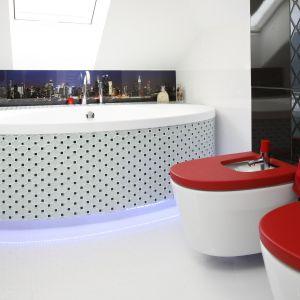 Czerwone deski mogą być elementem kontrastującym. To ciekawy detal w łazience. Projekt: Marta Kilan. Fot. Bartosz Jarosz