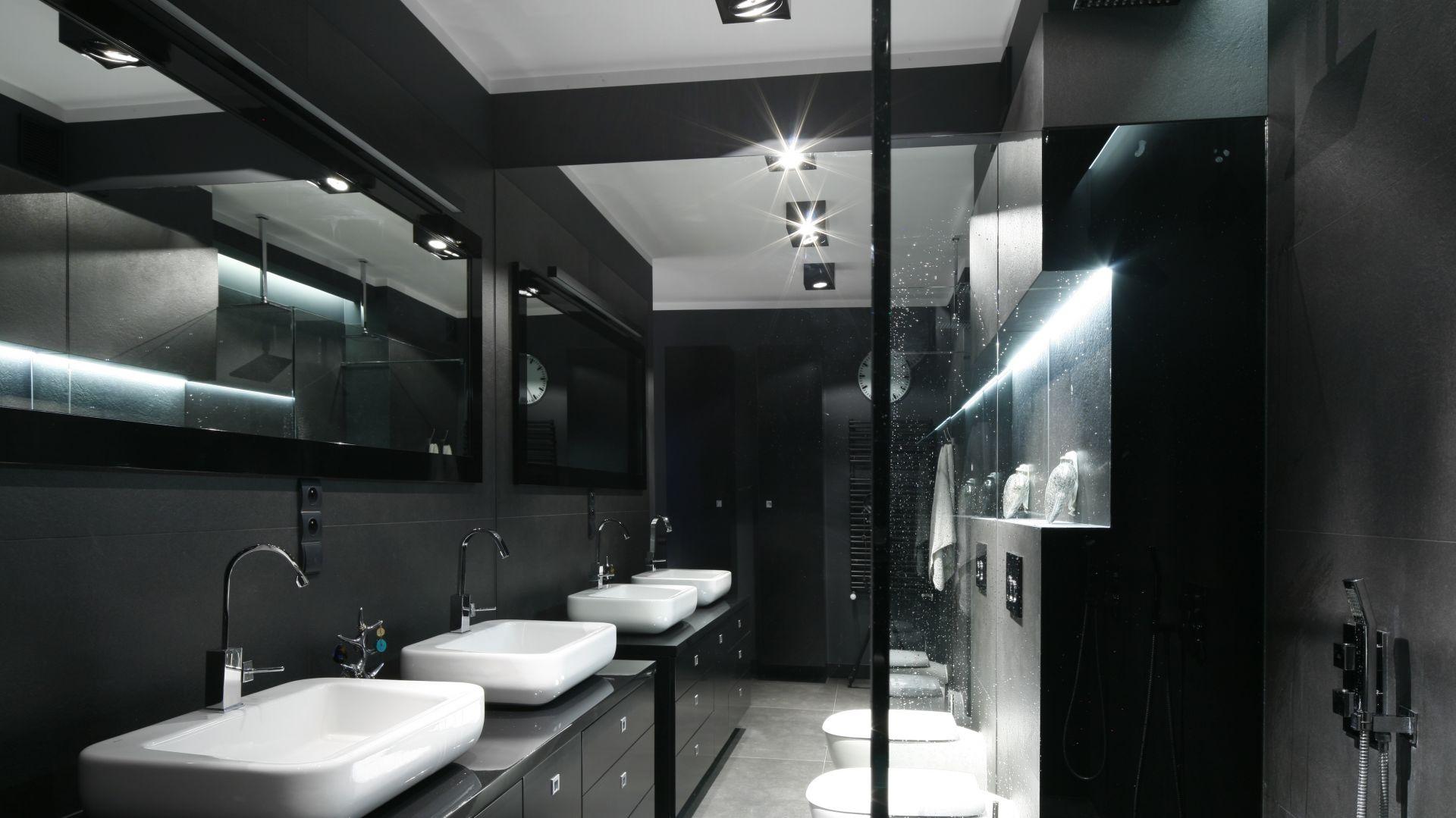 Lustro na ścianie w szczycie łazienki sprawi, że pomieszczenie optycznie będzie wydawało się znacznie większe. Projekt Maciejka Peszyńska-Drews. Fot. Bartosz Jarosz