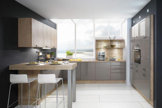 Ciepło drewna i chłód szarości to połączenie doskonale pasujące do nowoczesnej kuchni. Pozwala stworzyć lekko loftowy, ale jednocześnie przytulny klimat. Zobaczcie, jak może wyglądać kuchnia w takim duecie kolorów!