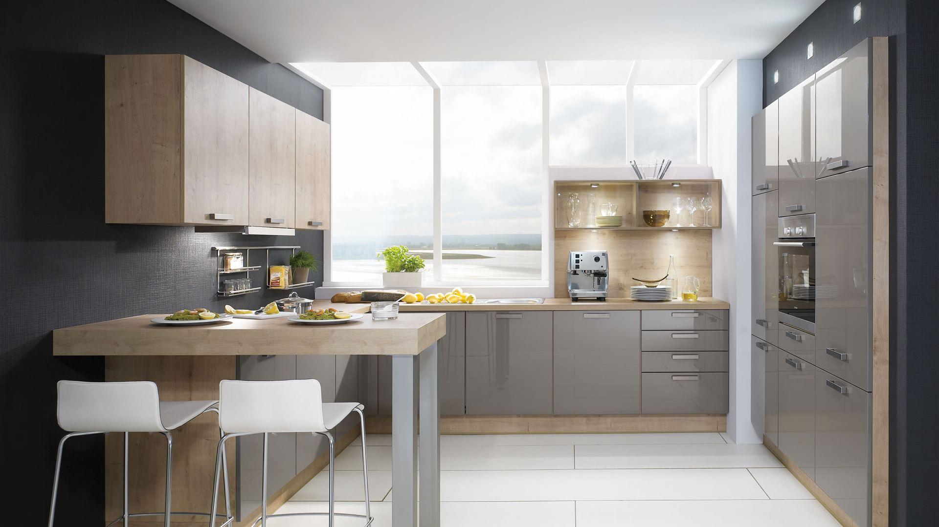 Doskonałym zabiegiem powiększającym kuchnię jest umieszczenie szafy kuchennej we wnęce. To pozwala zaoszczędzić dodatkowe centymetry w pomieszczeniu. Na zdjęciu model Lux 828 Fot. Nobilia
