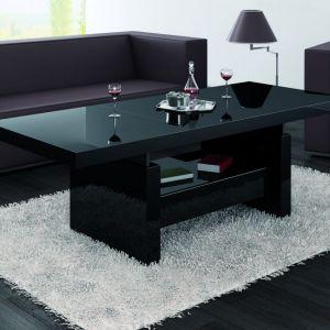 Stolik kawowy Aversa. Mebel może pełnić dwie funkcje. Na co dzień może być stolikiem okolicznościowym, który nie zajmuje dużo miejsca w salonie, a gdy zaistnieje potrzeba, ławę można powiększyć do wymiarów jadalnianego stołu. Fot. Hubertus