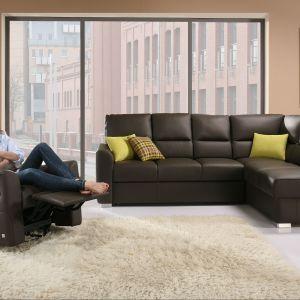 Narożnik Alto to wygodny mebel z funkcją spania i pojemnikiem na pościel. Może stworzyć komfortowy zestaw wypoczynkowy wraz z fotelem z regulowanym podnóżkiem. Fot. Wajnert