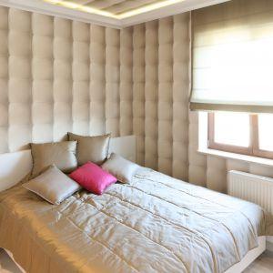 Beżowy kolor ścian idealnie komponuje się z białymi meblami. Projekt: Karolina Łuczyńska. Fot. Bartosz Jarosz