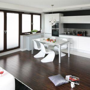 Do białej kuchni można dopasować również białą jadalnię. Te dwie strefy będą się wówczas doskonale uzupełniać. Projekt: Agnieszka Burzykowska-Walkosz. Fot. Bartosz Jarosz