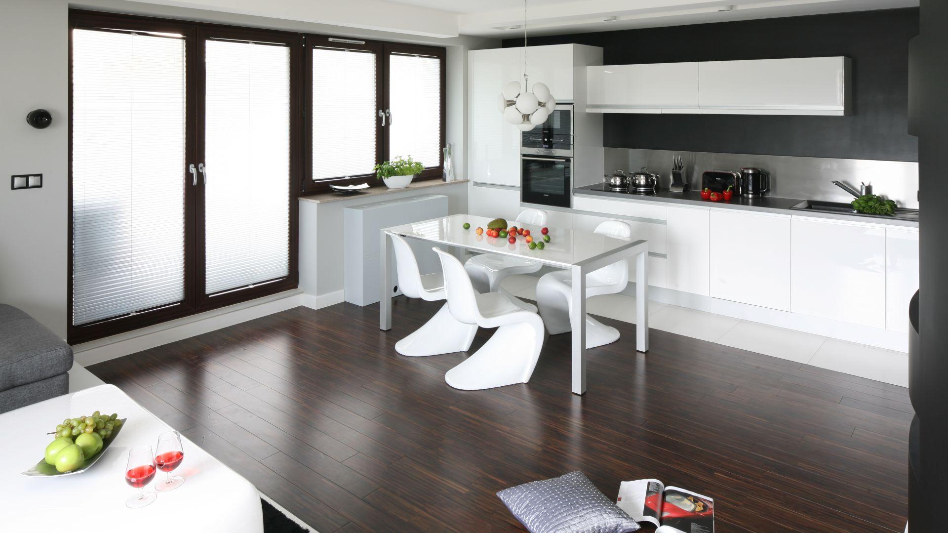 Biały stół do jadali to klasa i elegancja sama w sobie. Nie przytłacza wnętrza i ładnie komponuje się z resztą mieszkania. Projekt: Agnieszka Burzyszkowska-Walkosz Fot. Bartosz Jarosz