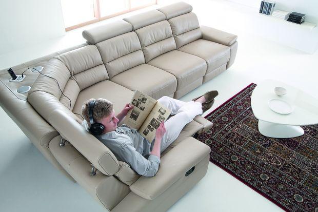 Sofa w salonie może być czymś więcej niż meblem służącym wyłącznie do siedzenia. Jeszcze większą wygodę zapewnią modele z funkcją relaksu.