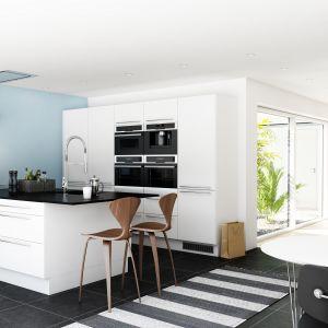 W kuchennym barze od strony kuchni można zastosować szafki, zaś od strony salonu otwarte półki, które posłużą jako miejsce na książki. Na zdjęciu kuchnia Paris. Fot. Nettoline