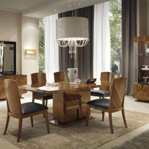 Meble do jadalni Opera prezentują się naturalnie i stylowo, dzięki symetrycznemu ułożeniu elementów drewna. Fot. Kler
