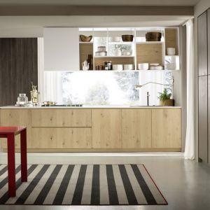 Aranżacja kuchni w drewnie bywa spokojna i delikatna. Szybko jednak można ją podrasować kolorowymi dodatkami. Fot. Home Cucine