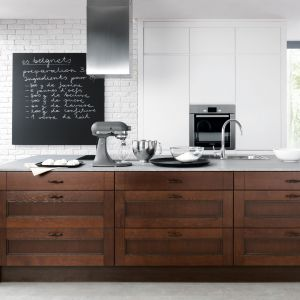 Połączenie bieli i ciemnego, orzechowego drewna stworzy niezwykle stylową aranżację. Fot. BRW
