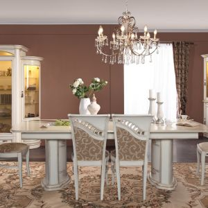 Jadalnia Opium ma bogato zdobione krzesła, które oprócz licznych rzeźbień, wykończone zostały elegancką tkaniną. Fot. Mebin