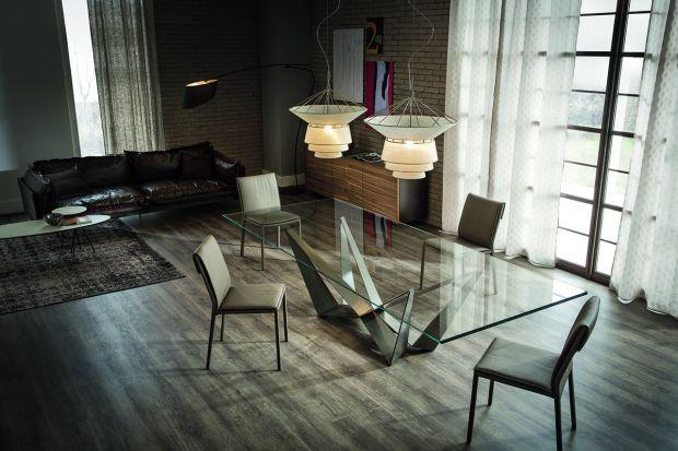 Wyjątkowy stół z dekoracyjną nogą.