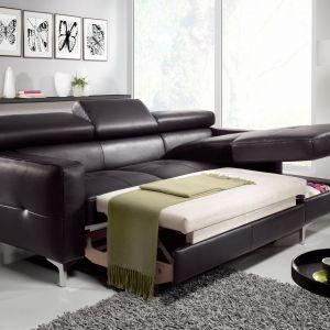 Narożnik Sammy dostępny z funkcją spania oraz pojemnikiem na pościel. Uzupełnieniem narożnika może być fotel, który można również zamówić jako samodzielny mebel. Fot. Cotta